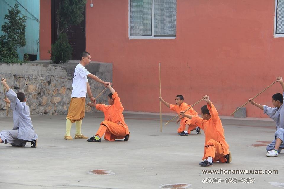 嵩山少林寺武校教练在教学生少林棍图片