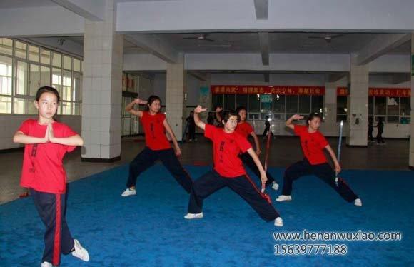 多名女弟子在练习表演技能