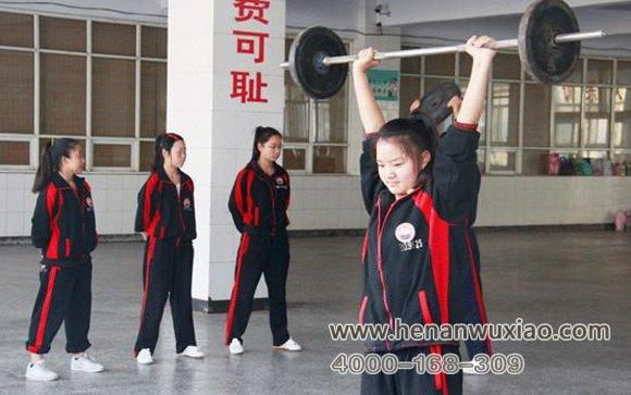 女学员练习举重