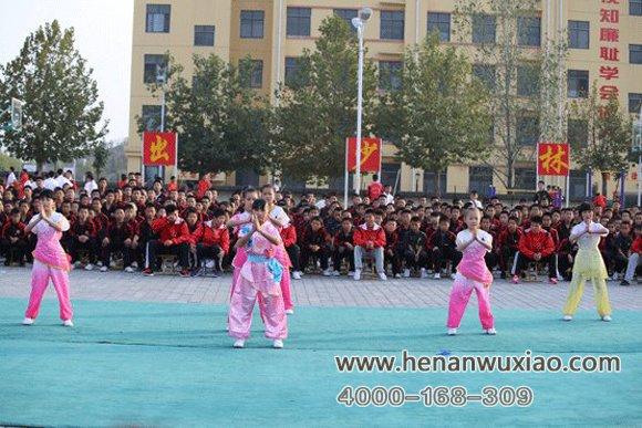 女学员在校园表演