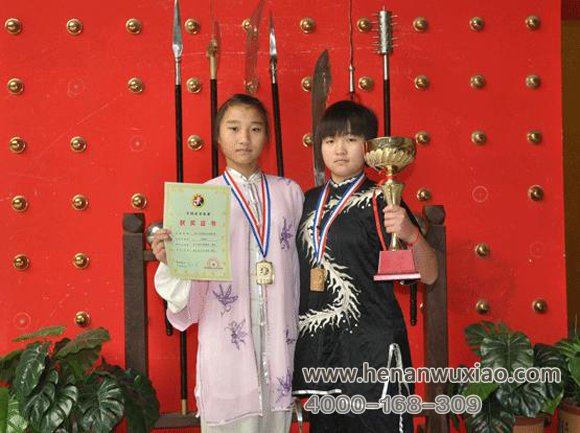 本学院女弟子在比赛上获得奖状和奖杯